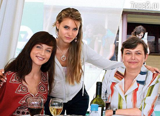 Аня с мамой и сестрой Машей