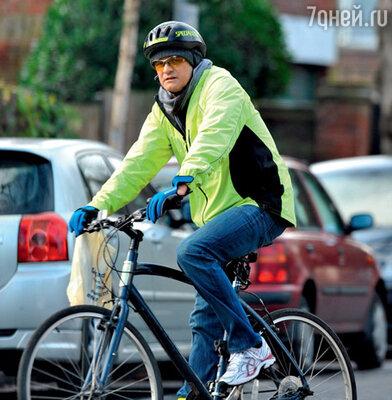 Узнать в этом велосипедисте романтичного Колина Ферта практически невозможно