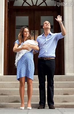 Выходя из госпиталя, Уильям, глядя в небо, помахал рукой, как бы приветствуя рано ушедшую от него мать — принцессу Диану
