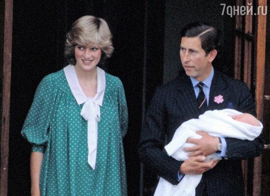 Принцесса Диана выходила из госпиталя в платье, похожем на наряд Кейт. Спринцем Чарльзом и новорожденным Уильямом у входа в госпиталь Святой Марии. 1982 г.