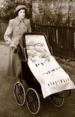 Няня Мэйбл Андерсон воспитала и Чарльза, ипринцев Эндрю и Эдварда, атакже принцессу Анну. 1950 г.