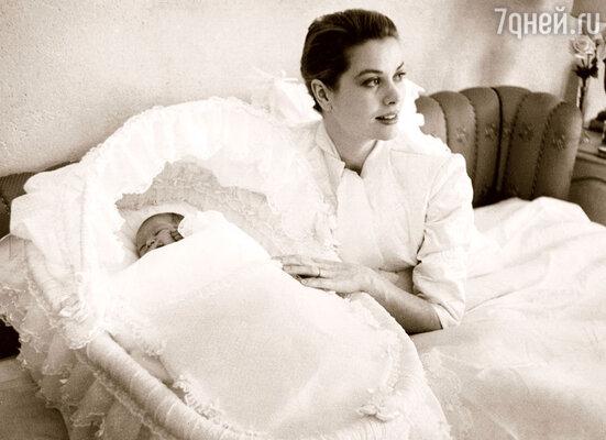Принцесса Монако Грейс Келли кормила всех своих детей сама. 1957 г.
