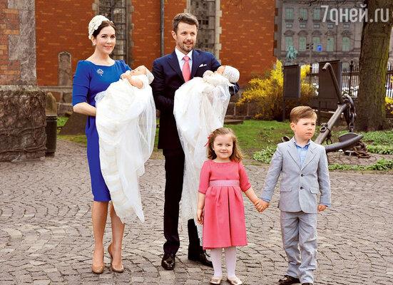 Датская принцесса Мэри, жена кронпринца Фредерика, мать четверых детей, тоже непользовалась услугами кормилиц. 2011 г.