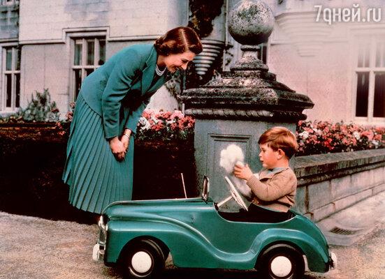 Принцу Джорджу разрешат играть с любимой машинкой Чарльза, разумеется, когда онподрастет. 1952 г.