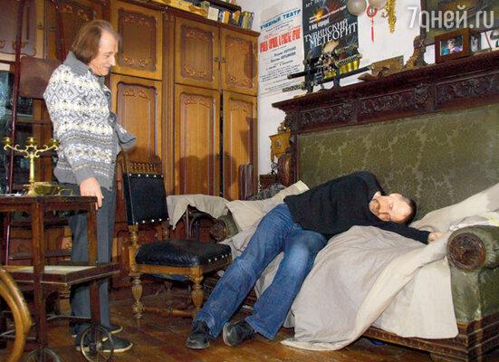 Режиссер показывает актеру Николаю Устинову-Лещинскому, как правильно должен лежать «удушенный»