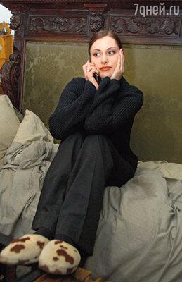 В перерывах между съемками Анна Ковальчук снимает туфли и надевает любимые тапочки