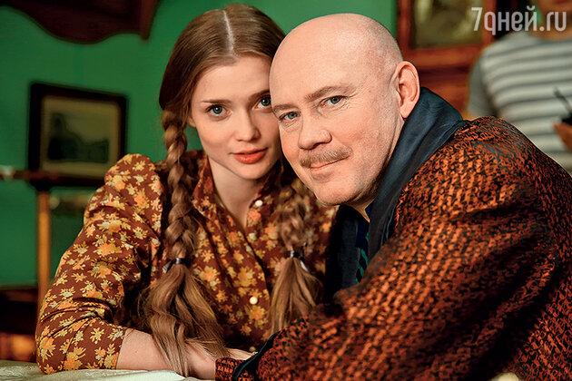 Худрук театра (Виталий Хаев) и его фаворитка Алена (Алина Ланина)