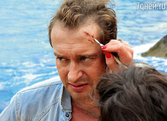 После каждого погружения на глубину актерам приходилось поправлять грим