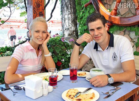 Дмитрий Дюжев с женой Татьяной в одном из прибрежных ресторанов. «Кинотавр», Сочи