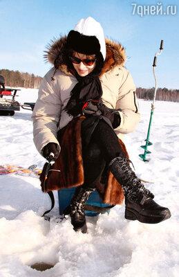 ...половила рыбу из-подо льда