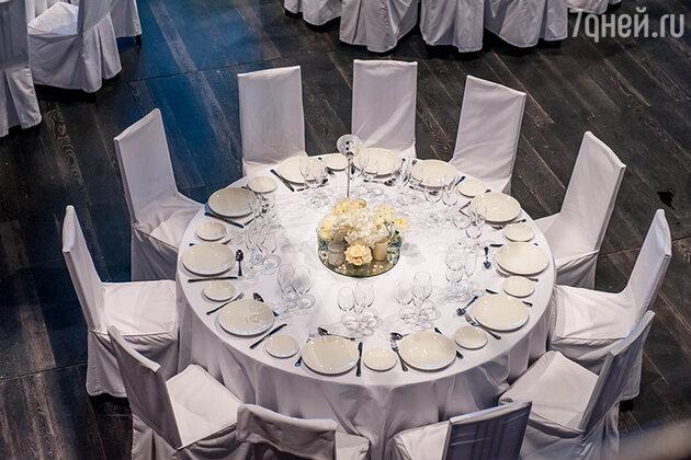 Как украсить стол цветами