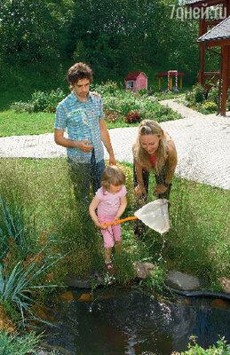 Трехлетняя Тася надеется, что в пруду у дома водятся золотые рыбки