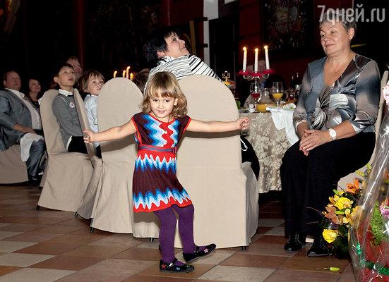 Младшая дочь Лиза исполняет сольный танец для папы
