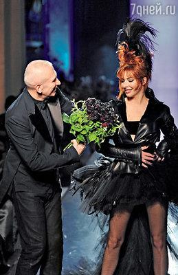 Жан-Поль Готье и Милен Фармер в образе «черной» невесты. Финальный аккорд показа