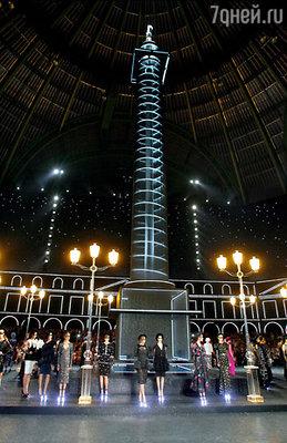На сцене Дворца, где проходило дефиле, Лагерфельд выстроил Вандомскую площадь в миниатюре. Знаменитую колонну венчает скульптура Коко Шанель