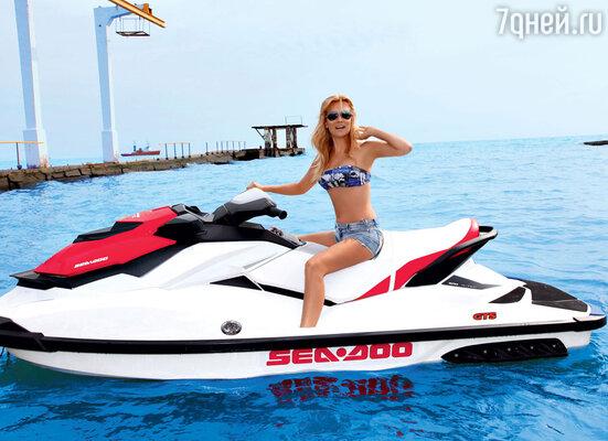 Олеся Судзиловская, несмотря на холодное море, прокатилась на гидроцикле