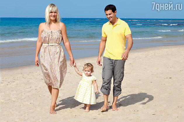 Антон и Виктория Макарская с дочкой Машей