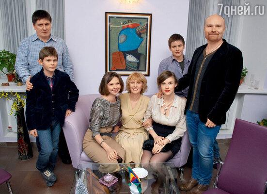 Жена Виталия Соломина Мария (в центре) с семьей: с дочерьми Анастасией и Лизой, зятьями Алексеем и Глебом и внуками Кириллом и Федором