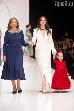 Оксана Федорова с дочерью Лизой и мамой Еленой