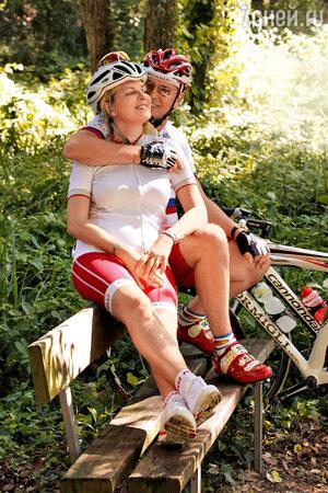 «Эмма молодец — научилась кататься на велосипеде за несколько занятий», — гордится Александр