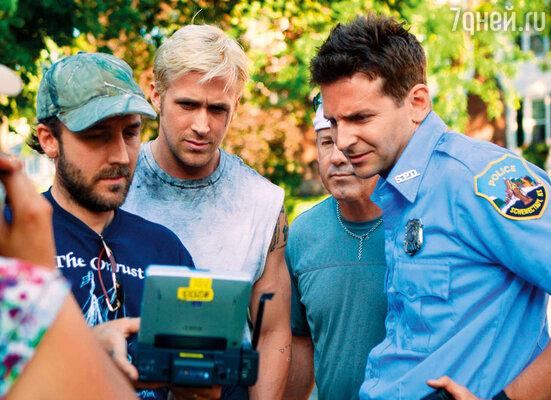Рабочий момент съемок фильма «Место под соснами». Брэдли Купер (справа) с режиссером Дереком Кьянфрансом (слева) и Райаном Гослингом, 2012 год
