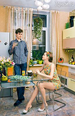 Наталия с младшим братом Владимиром на кухне своей новой квартиры