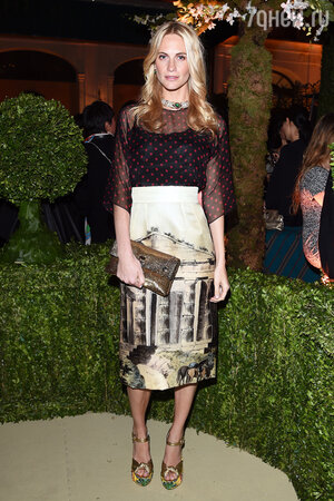 Поппи Делевинь в блузе от Dolce&Gabbana