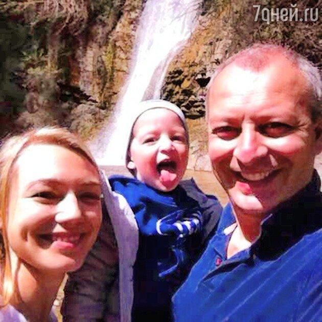 Оксана Акиньшина с возлюбленным и сыном