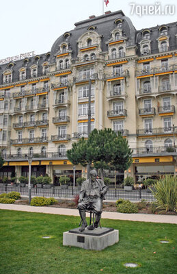 Памятник Набокову перед отелем «Палас» в Монтре, ставшим последним прибежищем великого писателя