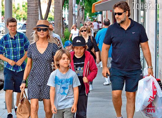 С бывшей женой Даниэль Спенсер исыновьями Чарльзом и Теннисоном. Беверли-Хиллз, июль 2013 г.