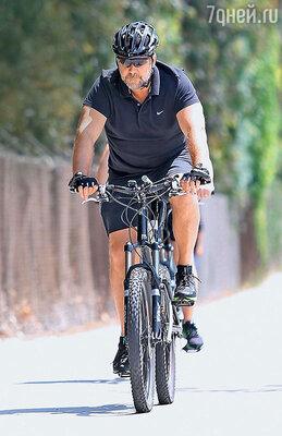 В свободное время Рассел занимается спортом— наматывает километры насвоем горном велосипеде