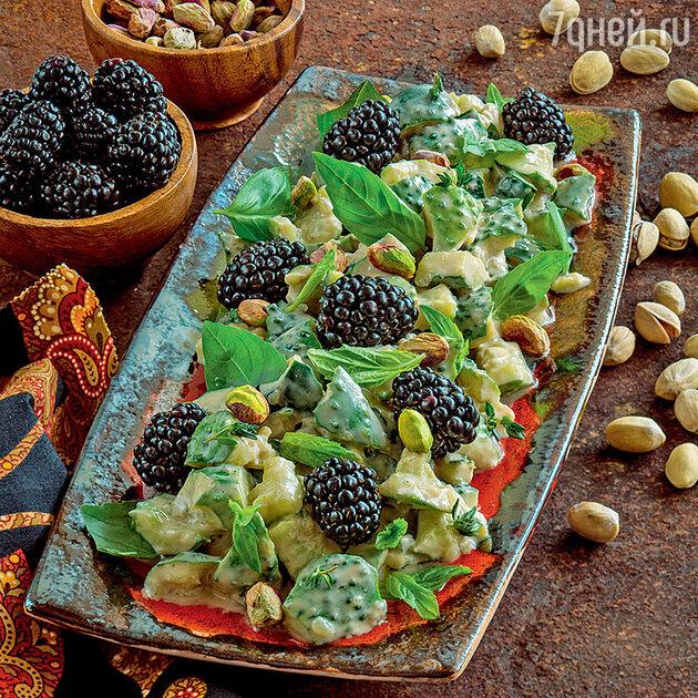 Салат из огурцов с ежевикой и фисташками
