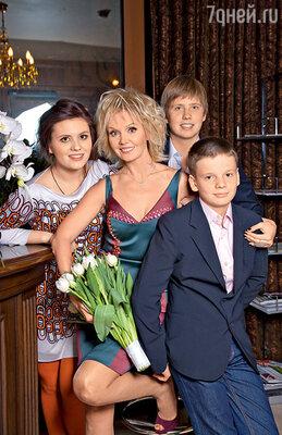 Валерия со своими детьми Анной, Артемом и Арсением
