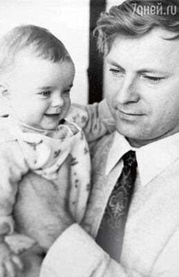 Маленькой Наташе годик. С отцом Владимиром Порываем. 1974 г.