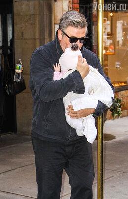 Алек Болдуин надеется стать длямладшей дочери лучшим отцом, чем для старшей Айрлэнд