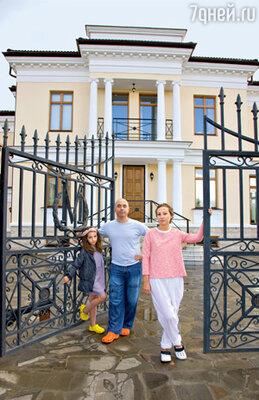Ирина Миронова и Михаил Грушевскийс дочкой Дашей у ворот своего загородного дома