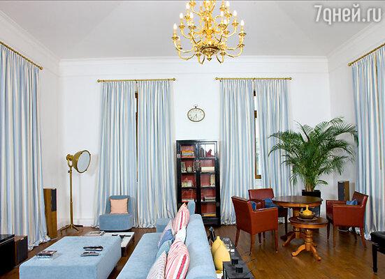 В гостиной на втором этаже соседствуют антикварные и дизайнерские вещи
