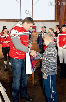 Александр Носик вручает подарки детям