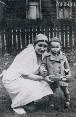 С мамой Галиной Сергеевной. 1941 г.
