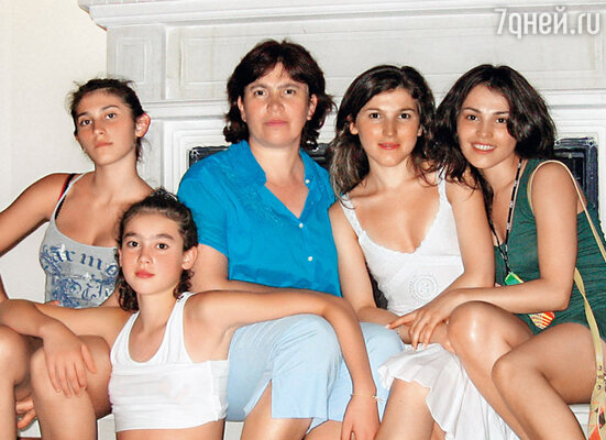 Сати - старшая дочь в семье Казановых. С мамой и сестрами в Нальчике