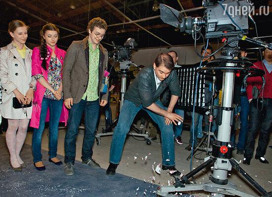 Режиссер Александр Жигалкин при участии Лизы Арзамасовой, Насти Сиваевой и Филиппа Бледного разбил символическую тарелку на счастье в первый день съемок