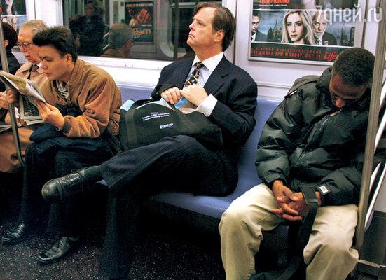 «Население» нью-йоркского метро многонационально и социально перемешано. Рядом могут оказаться высокомерный топ-менеджер и темнокожий рабочий