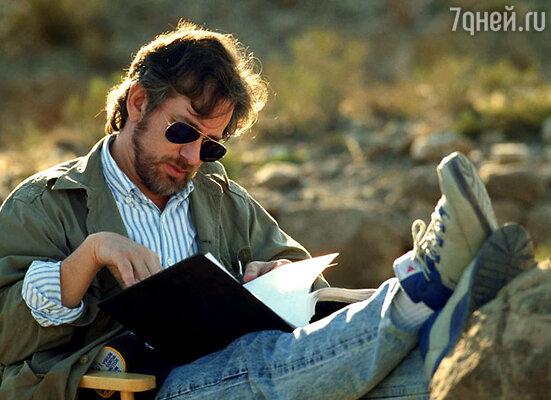 Стивен Спилберг за чтением сценария