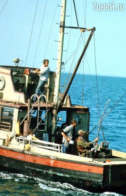 На море постоянно штормило: из-за этого катер «Орка» несколько раз переворачивался и актеров приходилось спасать. Чтобы сделать катер устойчивым, у местного дантиста взяли напрокат весь свинец, который использовался в рентгеновском кабинете для защиты от облучения, и загрузили его в трюм корабля