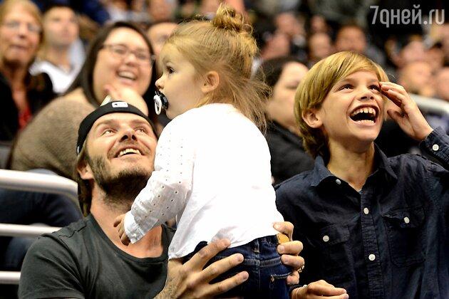 Дэвид Бекхэм с дочерью Харпер и сыном Ромео