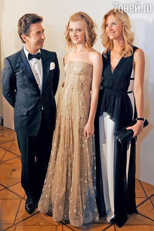 Бал дебютанток в Москве: Валерий Сюткин с дочерью Виолой-младшей и женой Виолой-старшей