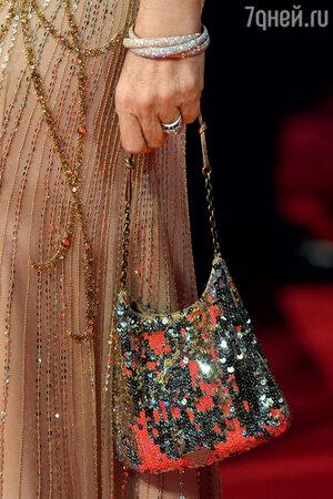 В идеальную сумочку должен поместиться не только мобильный телефон, но и косметика, духи