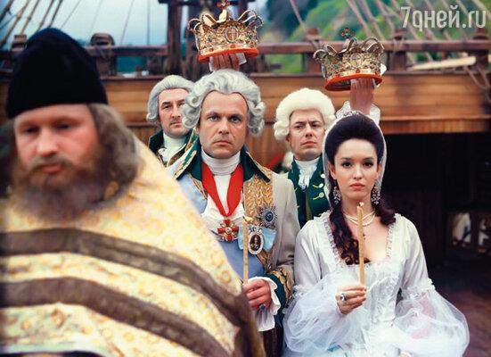 Аня Самохина приезжала на съемки «Царской охоты» с дочкой и мамой и в тот период металась между бывшим мужем и будущим. Так что ей было не до Коли