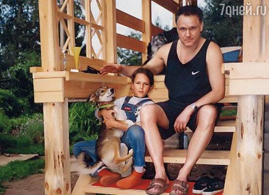 Коля без конца звонил, приносил продукты, гулял с ребенком, водил Таню на аттракционы. (Николай Еременко с Таней на даче)