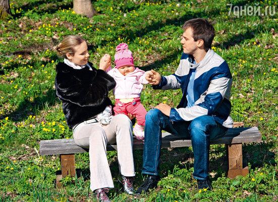 «Увидев новорожденную дочку, Ваня воскликнул: «Ой, какая она страшненькая! Господи, Тань, почему мы родили старика?» На Иване джемпер Burberry, куртка Maison Martin Margiela (Crocus)